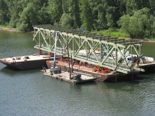 East-Sellwood-Bridge-truss-span-on-barge